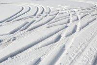 ślady opon na śniegu