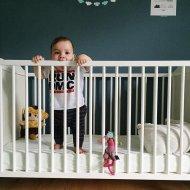 dziecko w łóżku dziecięcym