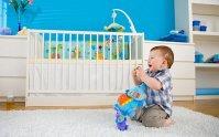 dziecko bawiące się w swoim pokoju